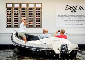 2016-09-15 09:44:08 AMSTERDAM - Snackbar FEBO opent ter ere van het 75-jarig bestaan van de keten een drijvende automatiek aan de Prinsengracht in Amsterdam. De vestiging, Drijf In genoemd, maakt het mogelijk voor mensen vanaf een boot of waterfiets een kroket uit de muur te trekken. ANP REMKO DE WAAL